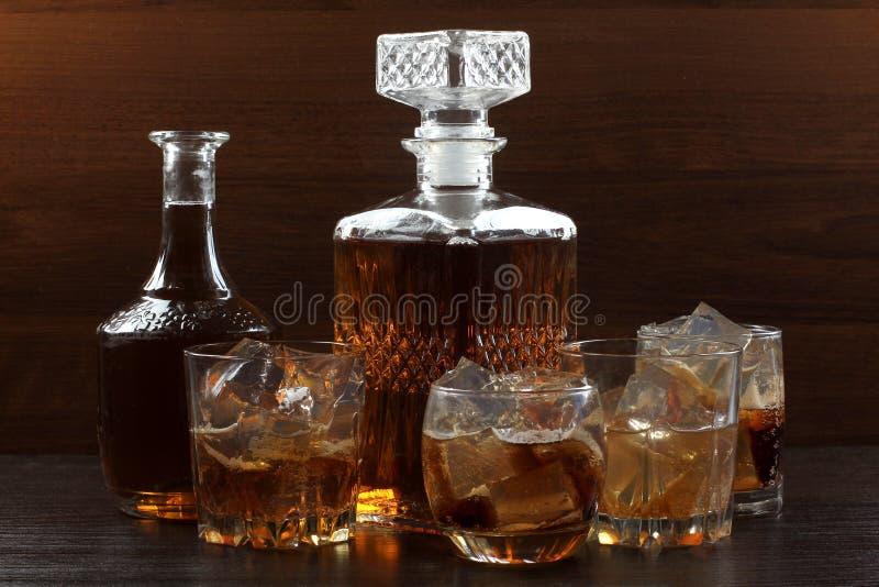 Glaswhisky op dark acht stock foto