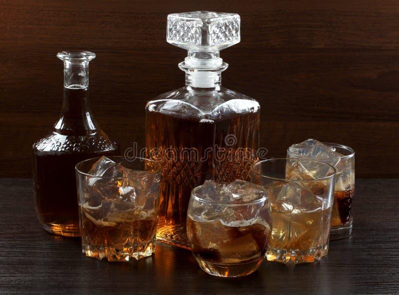 Glaswhisky op dark zeven stock afbeeldingen