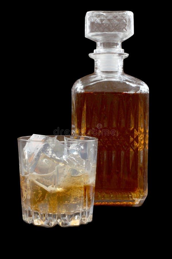 Glaswhisky op donkere  stock foto's