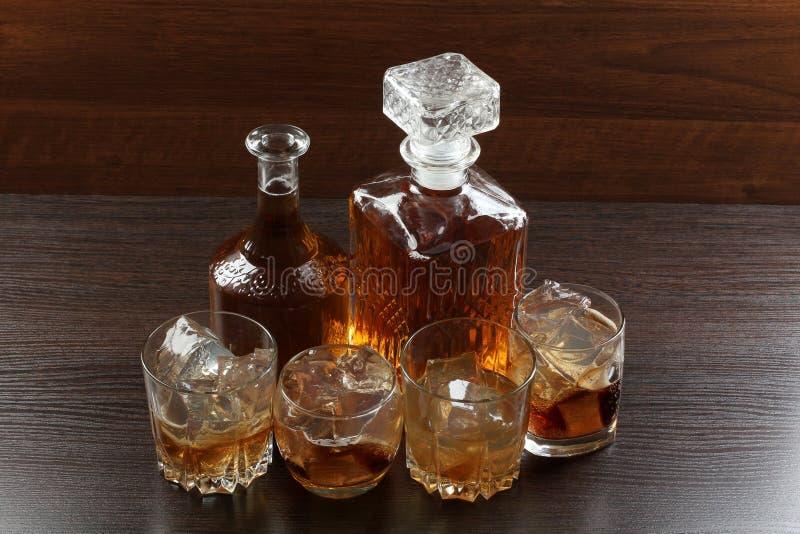Glaswhisky op hout twee stock foto