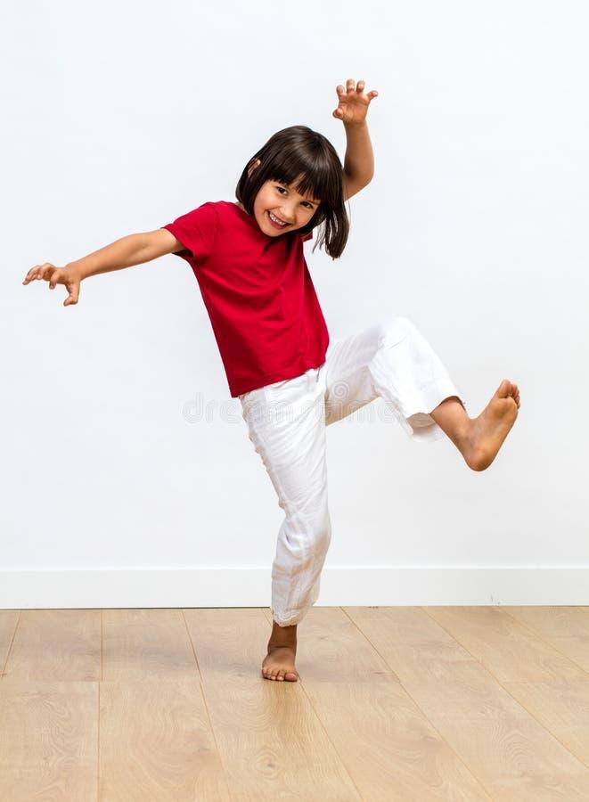 Glat barn som spelar monstret för ungar som slåss kroppsspråk royaltyfri fotografi