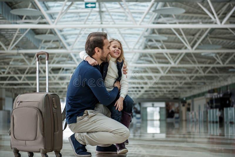 Glat fader- och barnanseende med fallet i terminalen royaltyfri bild