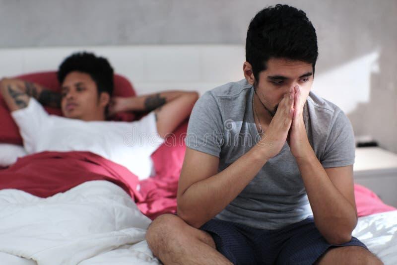 Glat folk som har problem och konflikt i hem- säng royaltyfria bilder