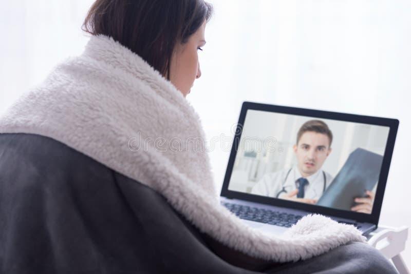 Glat kan hon konsultera hennes läkare, utan att gå ut royaltyfri fotografi