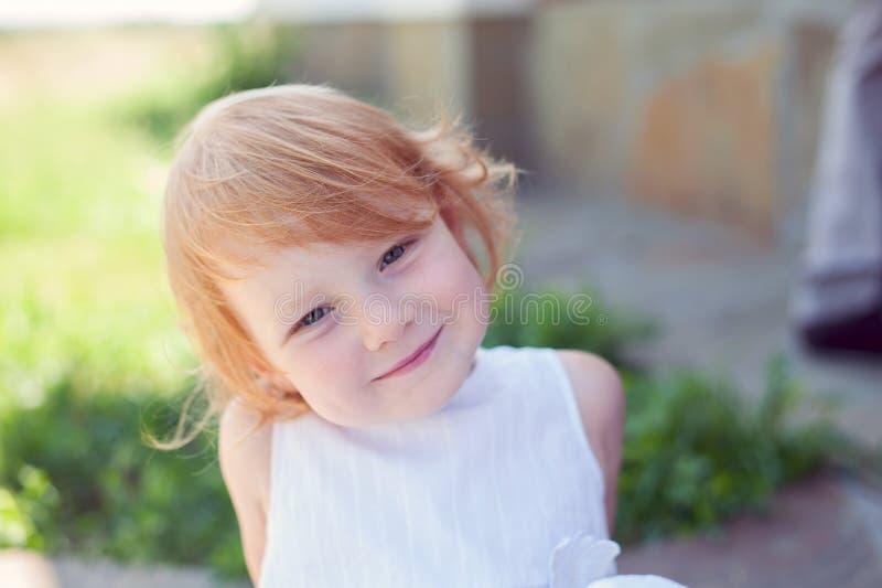 Glat rödhårigt le för flicka royaltyfri bild