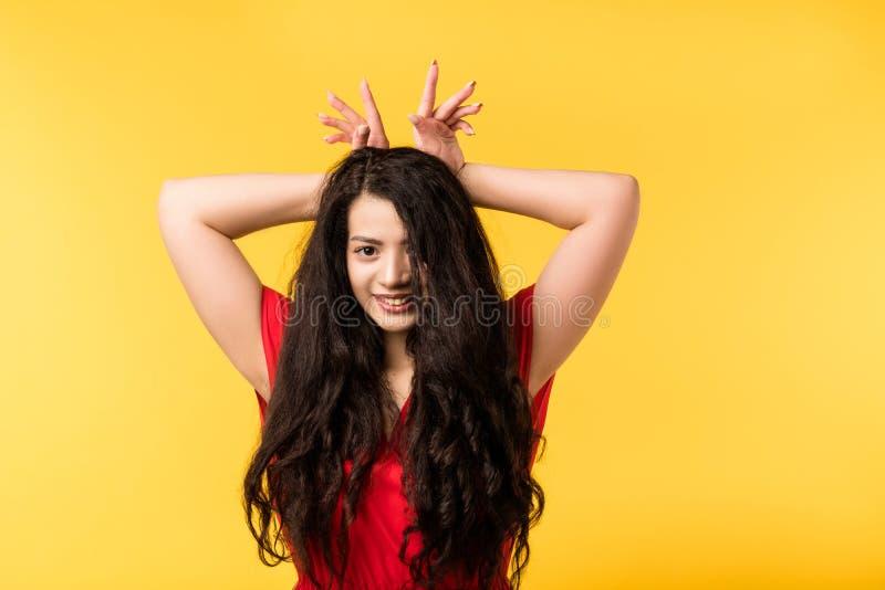 Glat roligt gulligt bedra omkring den emotionella flickan fotografering för bildbyråer
