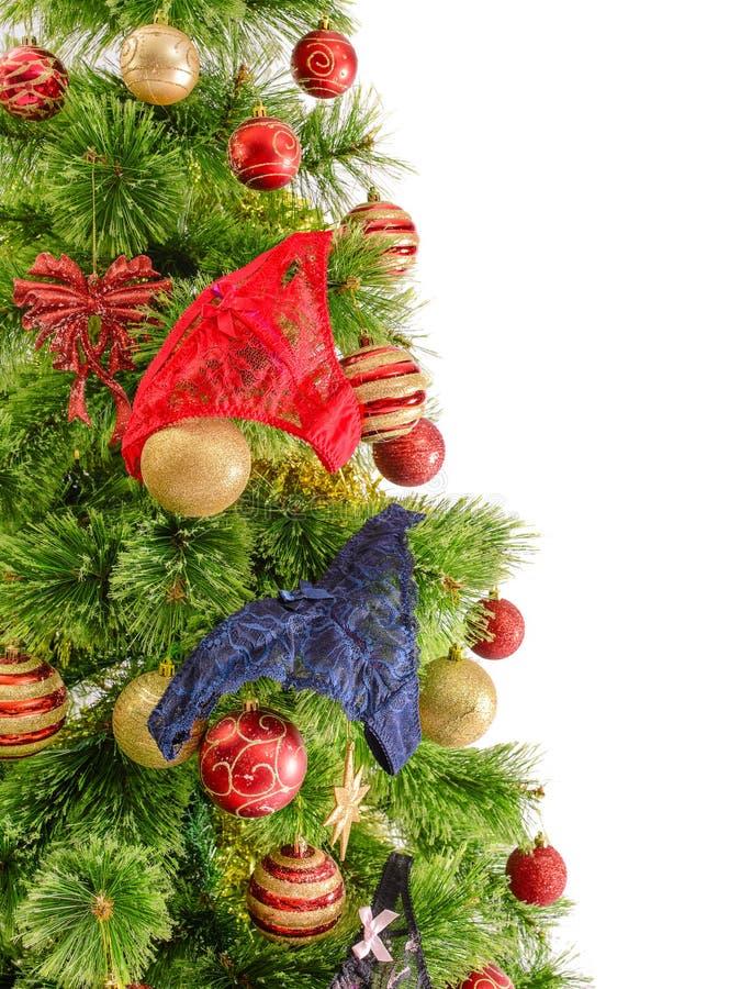 Glat studioskott av en julgran med färgrika prydnader som isoleras på vit arkivfoto