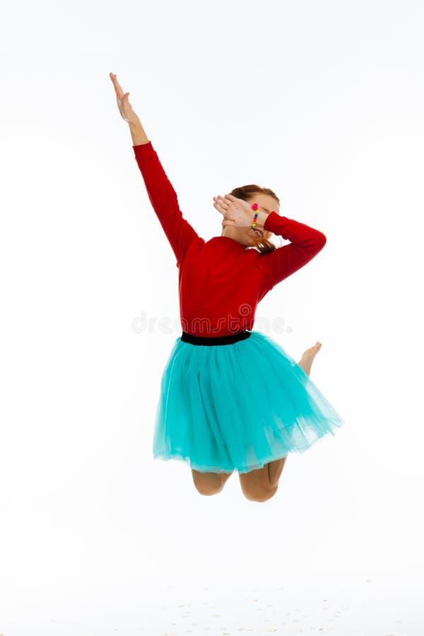Glatt bra se den lyckliga flickan som hoppar upp royaltyfri fotografi
