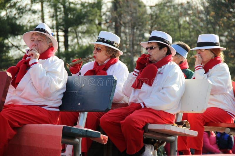 Glatt klädda kvinnor som spelar Kazoos och horn i årlig ferie, ståtar, Glens Falls, New York, 2014 royaltyfri bild