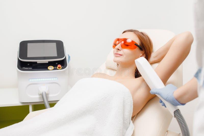 Glatte Hautunterarme Junges Mädchen auf Laser-Haarabbau lizenzfreie stockfotografie