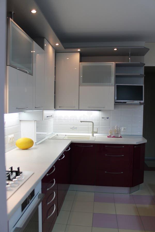 Glatte moderne Küche mit weißer Spitze und Kirsche erreichen einen Tiefstand stockfoto