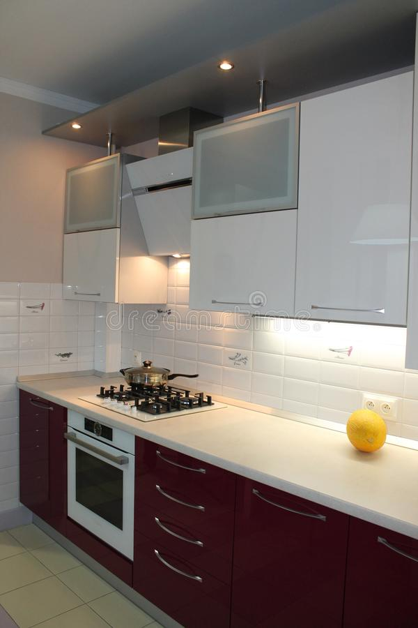 Glatte moderne Küche mit weißer Spitze und Kirsche erreichen einen Tiefstand stockfotografie