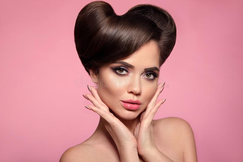 Glatter Lippenstift Schönheitsporträt des Haute Couture-Modells mit buntem hellem Make-up und glänzender Frisur des Pinup Überras lizenzfreie stockfotos