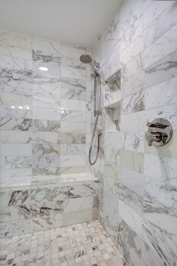 Glattes Badezimmer mit großem Weg in der Dusche lizenzfreies stockfoto