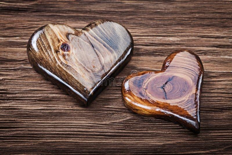 Glattes hölzernes Herz zwei auf Weinleseholz stockbilder