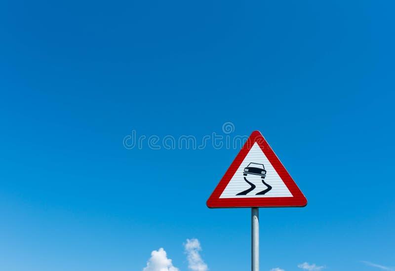 Glattes StraßenVerkehrszeichen gegen blauen Himmel mit weißen Wolken stockfoto