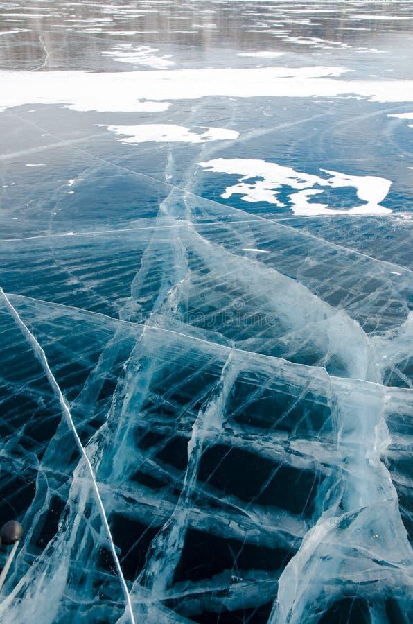 Glattes transparentes Eis vom Baikalsee stockfotos