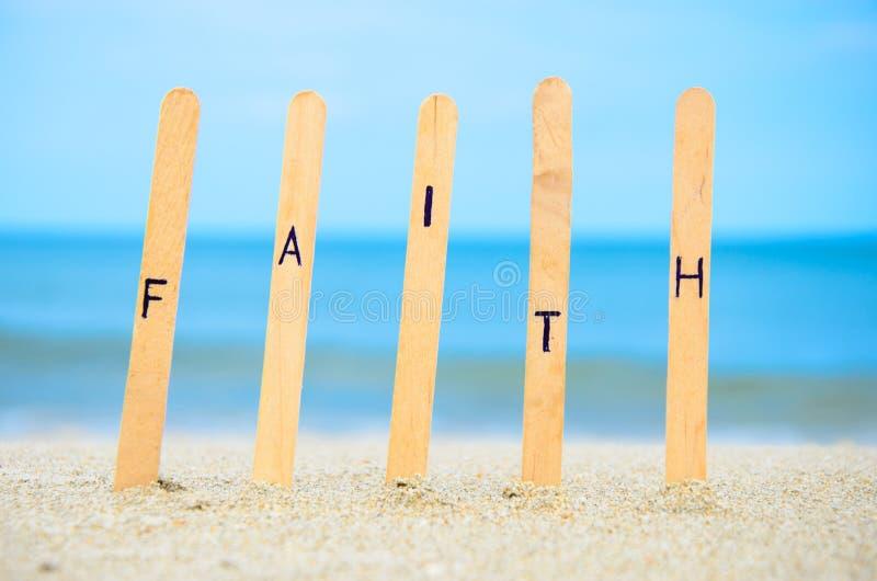 Glaube im Sand. lizenzfreies stockfoto