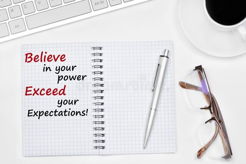 Glauben Sie an Ihre Energie übersteigen Ihren Erwartungstext auf Notizbuch stockfoto
