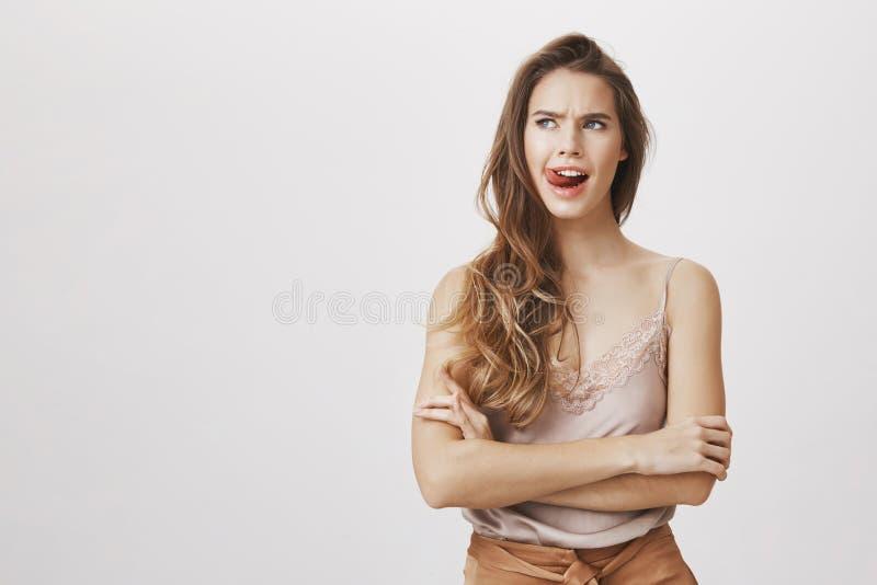 Glauben Sie nicht wie heute erlöschen Fabelhafte herrliche kaukasische Frau mit dem langen Haar, die obere Lippe leckend und zeig lizenzfreies stockbild