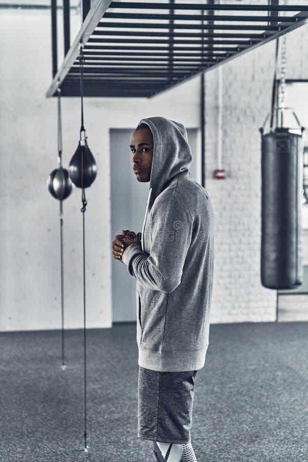Glauben wie zu Hause Müder junger afrikanischer Mann in der Sportkleidung lizenzfreies stockbild