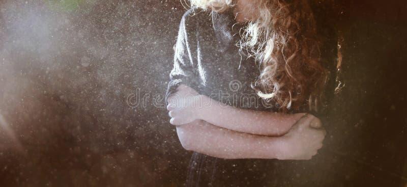 Glaubende Kälte der Frau lizenzfreies stockfoto