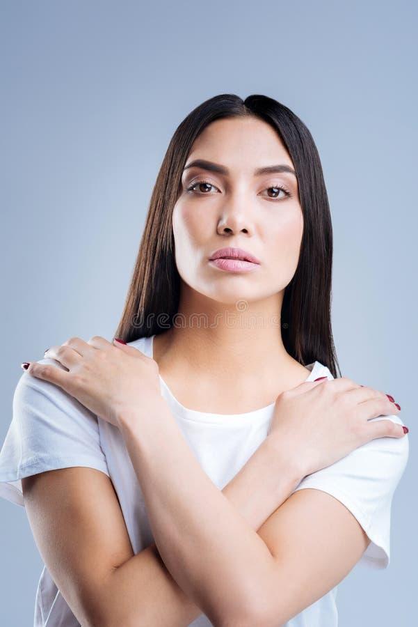 Glaubende Kälte der schönen einsamen Frau beim Tragen eines T-Shirts lizenzfreie stockfotografie