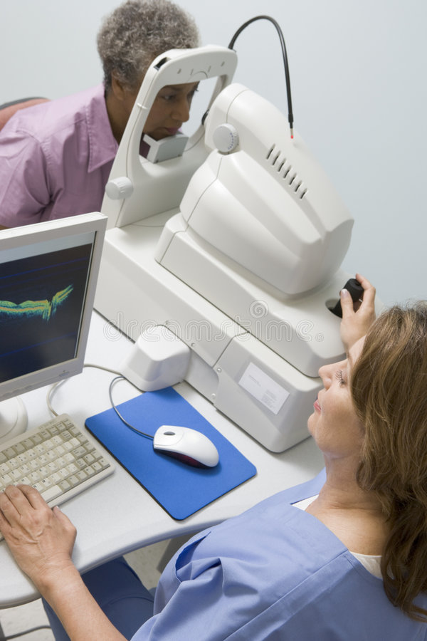 Glaucome d'Eyes For de docteur Checking Patient's photographie stock libre de droits