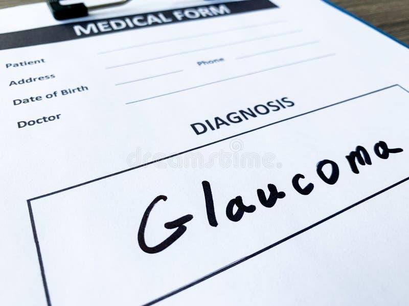 Glaucome do diagnóstico em um formulário médico na mesa do doutor fotos de stock