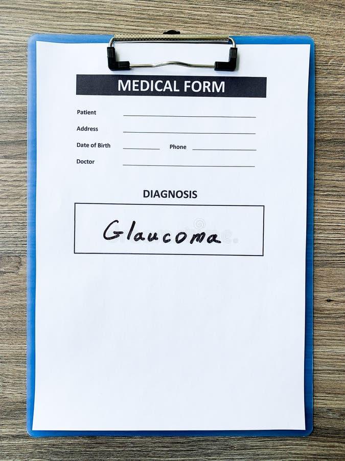 Glaucome do diagnóstico em um formulário médico na mesa do doutor fotografia de stock royalty free