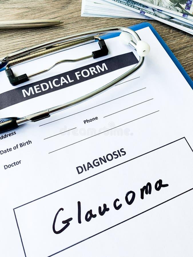 Glaucome do diagnóstico em um formulário médico na mesa do doutor imagens de stock royalty free