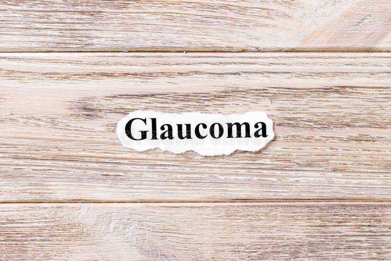 Glaucome du mot sur le papier Concept Mots du glaucome sur un fond en bois photographie stock libre de droits