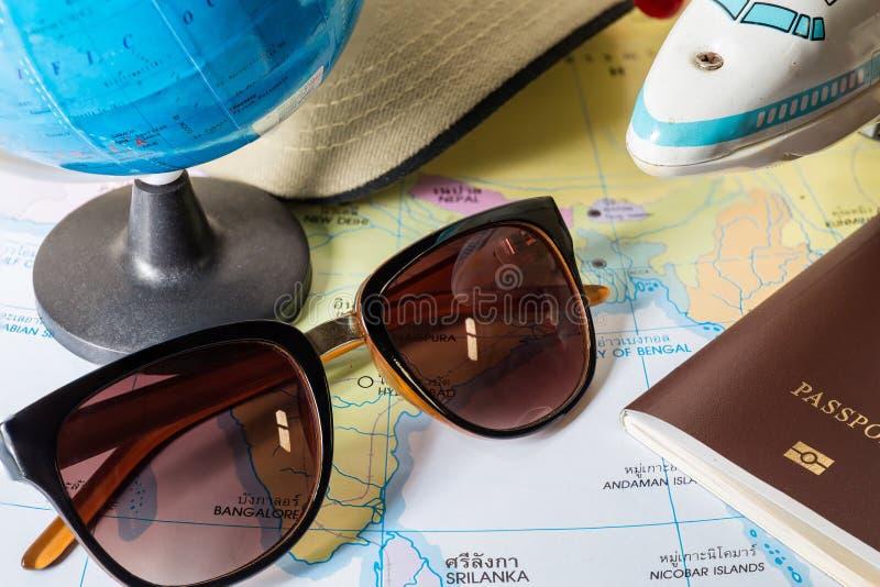 glazen andpassport met wereldkaart royalty-vrije stock fotografie