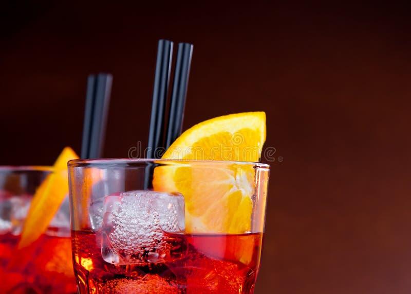 Glazen aperolcocktail van het spritzaperitief met oranje plakken en ijsblokjes met ruimte voor tekst stock foto