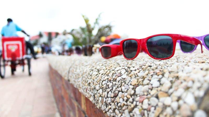 Glazen bij beachfront stock afbeeldingen