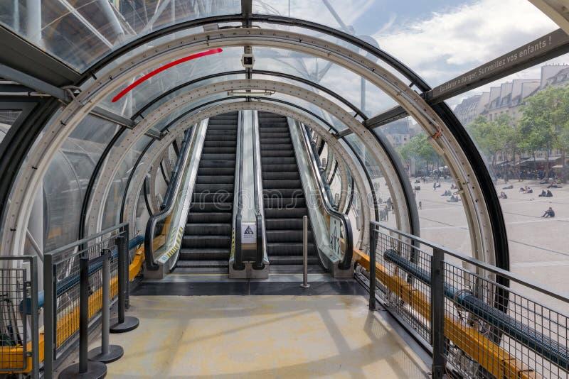 Glazen buisgang met roltrap op Pompidou-Centrum in Parijs stock fotografie