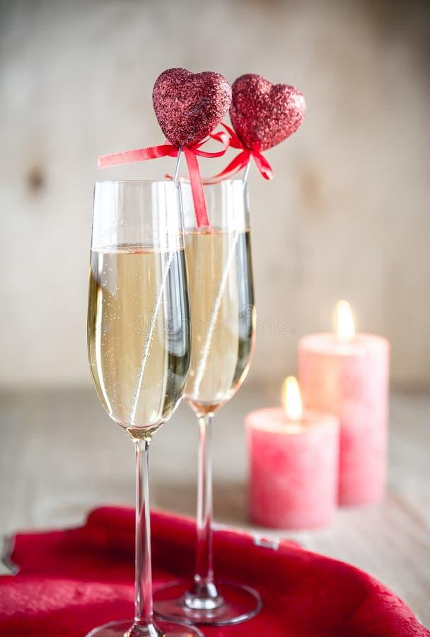 Glazen champagne in candlelit op St Valentine dag royalty-vrije stock afbeelding