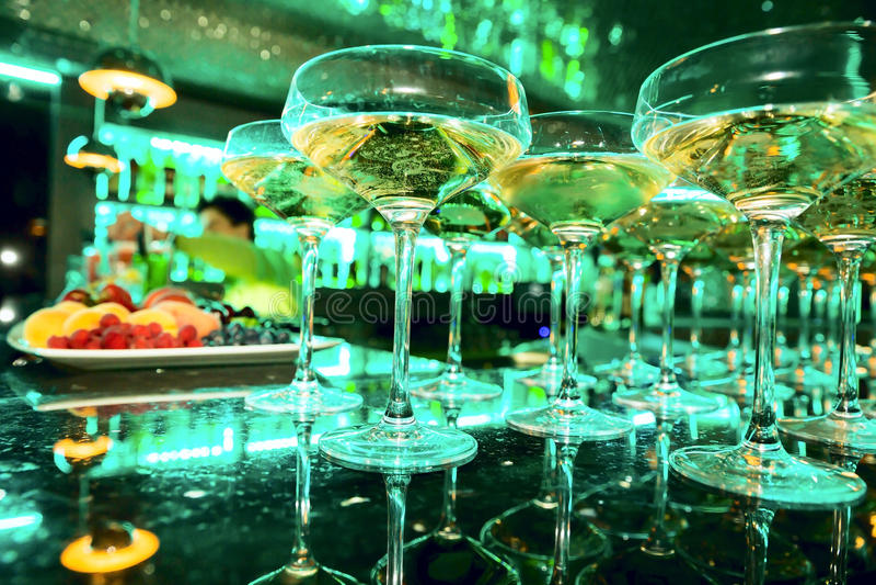 Glazen champagne op bar stock afbeelding