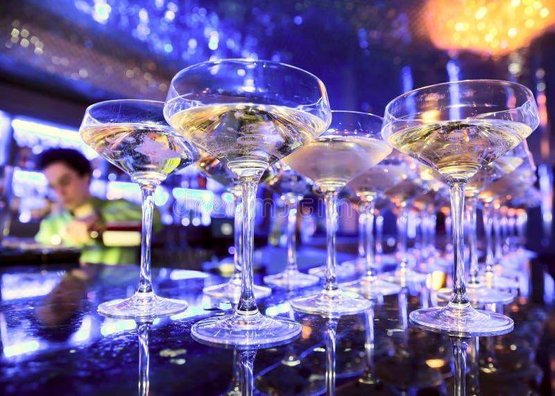 Glazen champagne op bar stock foto's