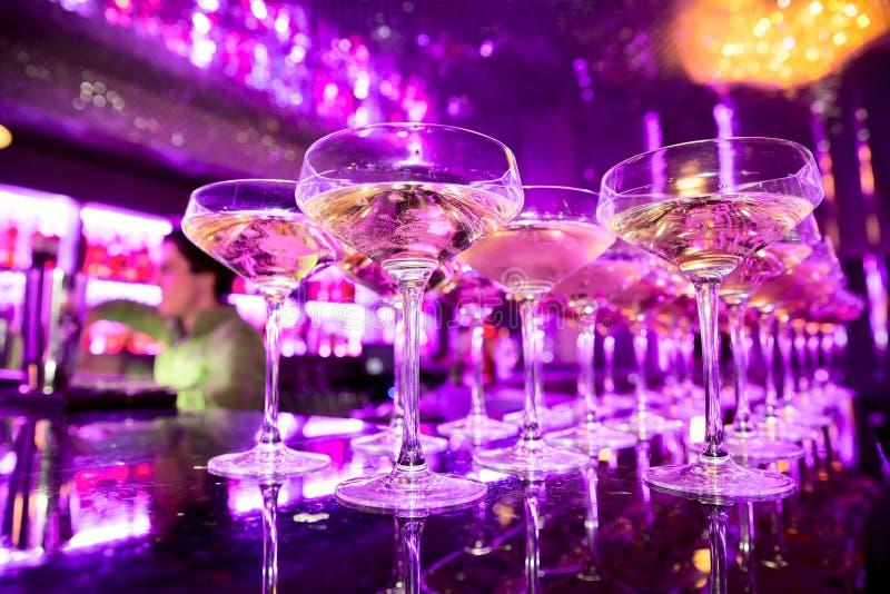 Glazen champagne op bar stock afbeeldingen