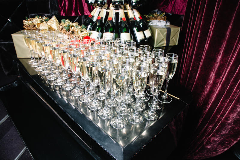 Glazen champagne op de piano royalty-vrije stock afbeelding