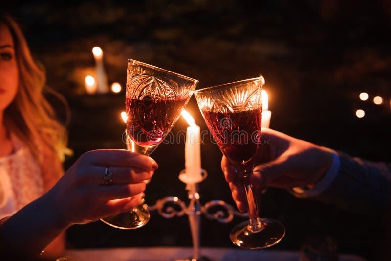 Glazen door kaarslicht tijdens een diner in openlucht stock afbeeldingen