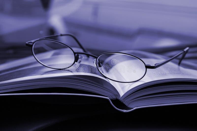 Glazen en het Tijdschrift stock afbeeldingen