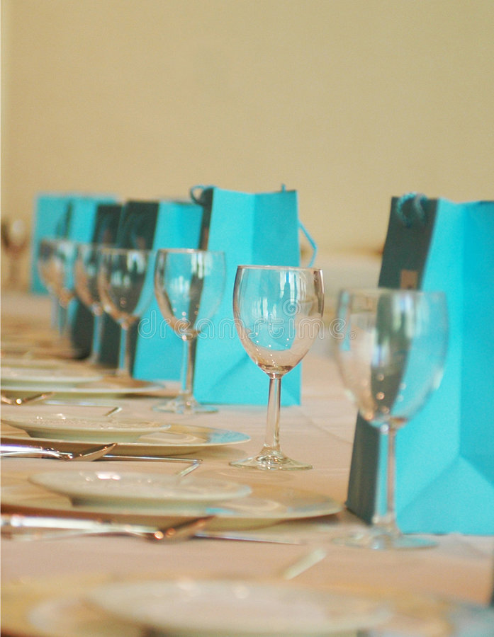 Glazen en platen in een rij royalty-vrije stock foto