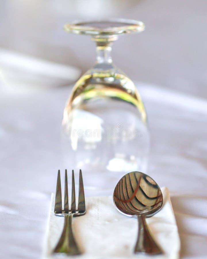Glazen en platen op lijst in restaurant - voedselachtergrond royalty-vrije stock afbeeldingen