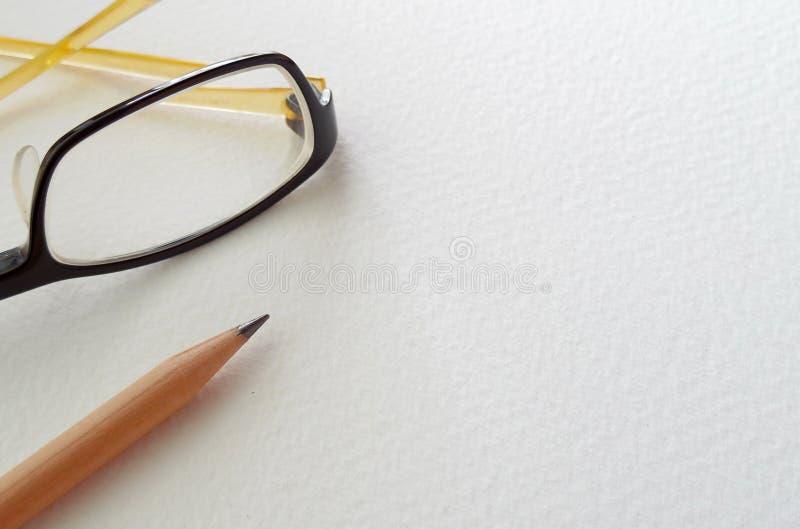 Glazen en potlood gezet op tekeningsdocument royalty-vrije stock afbeelding