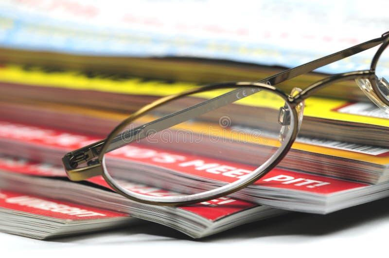 Glazen en tijdschriften stock fotografie