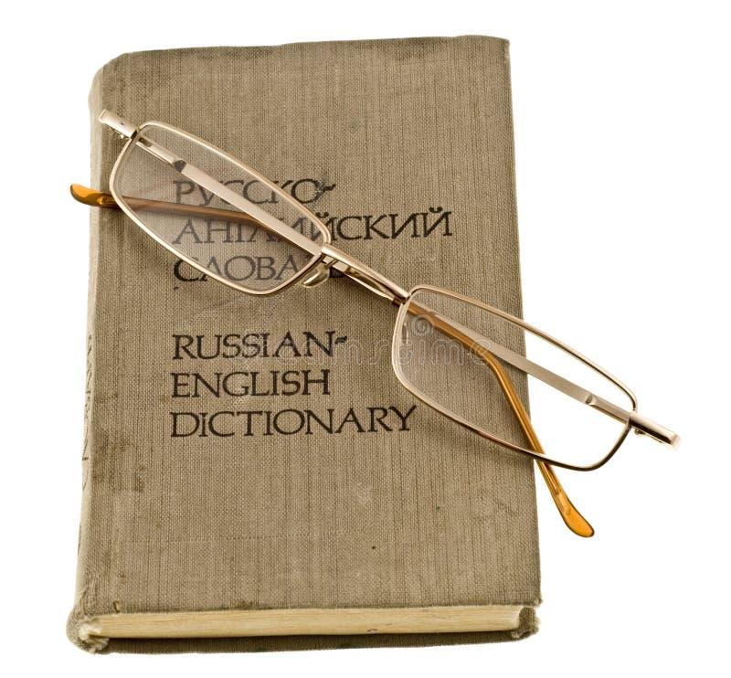 Glazen en woordenboek stock afbeeldingen
