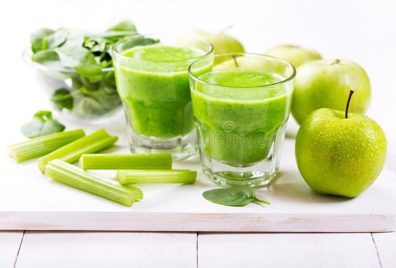 Glazen groen sap met appel en spinazie royalty-vrije stock afbeelding