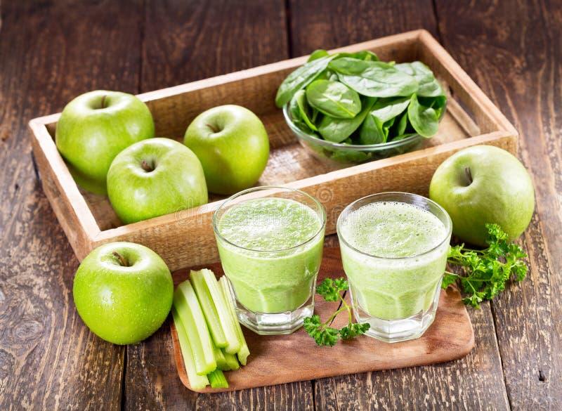 Glazen groen sap met appel, selderie en spinazie royalty-vrije stock fotografie